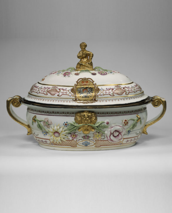 Tureen from a service for the Czarina, Anna Ivanovna, Vienna, Du Paquier period, 1735. (Metropolitan Museum of Art, The Jack and Belle Linsky Collection, 1982, Inv. no. 1982.60.330a, b)